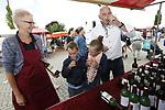 Foto: VidiPhoto<br /> <br /> ECHTELD &ndash; Op de dinsdag begonnen Duikenburgse Dagen bij restaurant De Oude Duikenburg in Echteld, is het altijd rokjesdag. Ook als het wat minder mooi weer is. Ieder jaar verzamelen enkele tienduizenden reformatorische christenen zich daar om er hun verantwoorde inkopen te doen: brocante, boeken, degelijke kleding als rokjes, jurken en maatpakken en natuurlijk... hoedjes. De Duikenburgse Dagen zijn eigenlijk een soort huishoudbeurs in het klein, maar dan zonder harde muziek en ander publiek. De Duikenburgse Dagen worden dit jaar voor de 24e keer gehouden en zijn -met een stabiel bezoekeraantal van ruim 20.000 mensen- een onverminderd succes. Hoewel iedereen welkom is, is het publiek is voornamelijk afkomstig uit de hele Bijbelbelt, van Zeeland tot Friesland.  begonnen. De Duikenburgse Dagen duren tot en met donderdag. Het succes wordt mede veroorzaakt doordat entree en parkeren er gratis is.