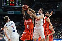MADRID, ESPAÑA - 11 DE JUNIO DE 2017: Luka Doncic pelea con Thomas por un balón durante el partido entre Real Madrid y Valencia Basket, correspondiente al segundo encuentro de playoff de la final de la Liga Endesa, disputado en el WiZink Center de Madrid. (Foto: Mateo Villalba-Agencia LOF)