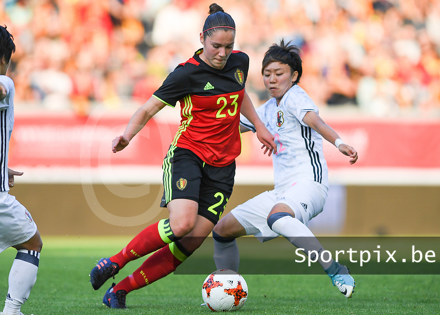 20170613 - LEUVEN ,  BELGIUM : Belgian Elien Van Wynendaele (left)  pictured in a duel with Japanese Ami Sugita (r) during the friendly female soccer game between the Belgian Red Flames and JAPAN , a friendly game in the preparation for the European Championship in The Netherlands 2017  , Tuesday 13 th June 2017 at Stadion Den Dreef  in Leuven , Belgium. PHOTO SPORTPIX.BE | DAVID CATRY