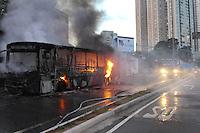 GUARULHOS,SP - 03.02.14 - ONIBUS INCENDIADO / GUARULHOS-SP - Um ônibus está sendo incendiado na Avenida Tiradentes, 680, na cidade de Guarulhos/SP, no inicio da noite desta segunda-feira, 03. Em principio não há vítima. (Foto: Geovani Velasquez / Brazil Photo Press)