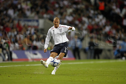 20 August 2008: England midfielder David Beckham crosses the ball during the International friendly match between England and Czech Republic, played at Wembley. The game finished 2-2 Photo: Action Plus..080820 soccer football player