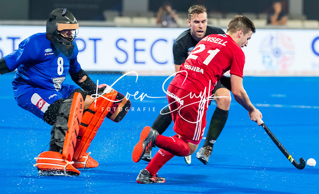 BHUBANESWAR - Richard Joyce (NZL) met Liam Anssel (Eng)   .England-New Zealand (2-0)   during Wold Cup Hockey men. COPYRIGHT KOEN SUYK