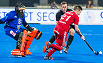 BHUBANESWAR - Richard Joyce (NZL) met Liam Anssel (Eng)   .England-New Zealand (2-0)   during Wold Cup Hockey men. COPYRIGHT KOEN SUYK