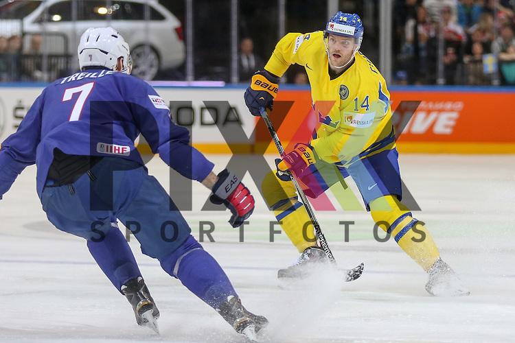 Schwedens Ekholm, Mattias (Nr.14) im Zweikampf mit Frankreichs Treille, Yorick (Nr.7)  im Spiel IIHF WC15 Frankreich vs. Schweden.<br /> <br /> Foto &copy; P-I-X.org *** Foto ist honorarpflichtig! *** Auf Anfrage in hoeherer Qualitaet/Aufloesung. Belegexemplar erbeten. Veroeffentlichung ausschliesslich fuer journalistisch-publizistische Zwecke. For editorial use only.