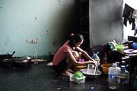 Marisol a 17 ans et est enceinte de 3 mois. Son mari a 24 ans mais ne reste pas à l'astrodrôme avec elle car il travaille en tant que volontaire pour nettoyer les rues près de l'aéroport. Marisol espère pouvoir partir travailler à Manille dans quelques mois avant d'accoucher. Tacloban, Novembre 2013. VIRGINIE NGUYEN HOANG