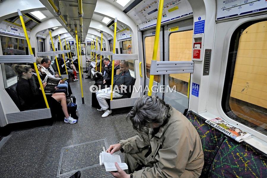 Transporte em metrô. Londres. Inglaterra. 2008. Foto de Juca Martins.