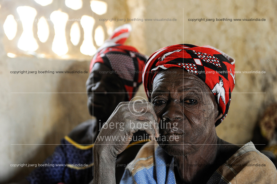 BURKINA FASO, Korsimoro, old women in small church in village Samboaga / zwei alte Frauen in Dorfkirche aus Lehm in SAMBOAGA, in der Naehe von KORSIMORO