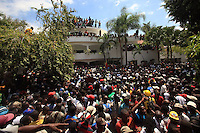 HAI10. PUERTO PRÍNCIPE (HAITÍ), 18/03/2011.- Miles de personas ingresan a la residencia del expresidente haitiano Jean Bertrand Aristide para darle la bienvenida hoy, viernes 18 de marzo de 2011, en una zona de Puerto Príncipe (Haití). Aristide regresó este viernes de un exilio de siete años en Sudáfrica después de un golpe de Estado en 2004. EFE/Orlando Barría