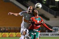 ATENÇÃO EDITOR: FOTO EMBARGADA PARA VEÍCULOS INTERNACIONAIS - SÃO PAULO, SP, 22 DE SETEMBRO DE 2012 - CAMPEONATO BRASILEIRO - SANTOS x PORTUGUESA: Bruno Rodrigo (e) e  Moisés (d) durante partida Santos x Portuguesa, válida pela 26ª rodada do Campeonato Brasileiro no Estádio do Pacaembú. FOTO: LEVI BIANCO - BRAZIL PHOTO PRESS