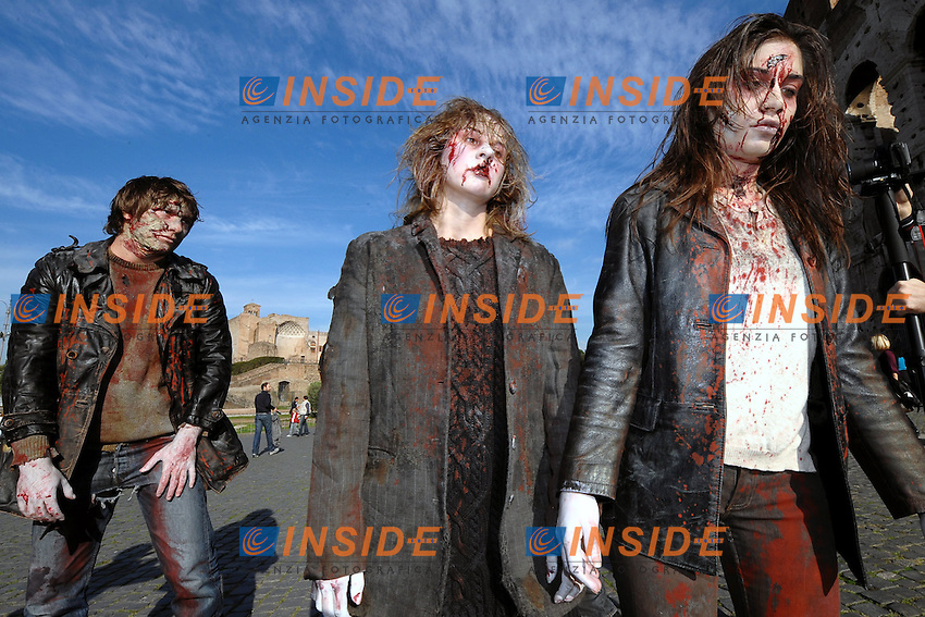 "Roma 24/10/2010.Some Zombie Atmosphere actors near colosseo to promote Tv serial ""The Walking Dead""..Foto Andrea Staccioli / Insidefoto"