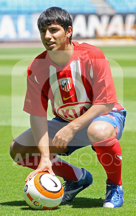 Atletico de Madrid's new player Sergio Aguero during his presentation at Vicente Calderon Stadium in Madrid. Monday, June 05, 2006. (ALTERPHOTOS / ALVARO HERNANDEZ)