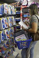 SAO PAULO, SP, 15 JANEIRO 2013 - COMERCIO  VOLTA AS AULAS  - Movimentação de compras de materiais  escolares no  comércio popular da rua 25 de Março, na tarde dessa terça-feira, 15, regiao central da capital -  FOTO: LOLA OLIVEIRA - BRAZIL