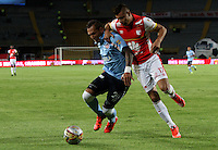 BOGOTÁ -COLOMBIA, 28-NOVIEMBRE-2015. Juan Roa jugador del  Independiente Santa Fe disputa el balón contra Juan Dominguez del  Atlético Junior durante el encuentro  por los cuartos de final  de la Liga Aguila II 2015 jugado en el estadio Nemesio Camacho El Campín de la ciudad de Bogotá./ Juan Roa player of Independiente Santa Fe fights the ball  against  Juan Dominguez of Atletico Junior  during  match between Independiente Santa Fe and Atletico Junior the quarterfinals of the Liga Aguila  2015  played in the Nemesio Camacho El Campin stadium in Bogota. Photo: VizzorImage / Felipe Caicedo / Staff