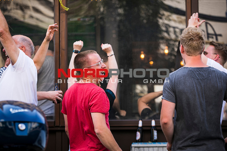 im Bild: Fans scharen sich im Viertel Ecke Auf dem Peterswerder / Hamburger Straße,<br /><br /><br />Sport: nphgm001: Fussball: 1. Bundesliga: Saison 19/20: 34. Spieltag: SV Werder Bremen vs 1.FC Koeln 27.06.2020 <br /><br />Foto: Rauch/gumzmedia/nordphoto<br /><br />EDITORIAL USE ONLY
