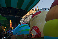 Europe/Europe/France/Midi-Pyrénées/46/Lot/Rocamadour:  Lors des mongolfiades : un ballon devant la cité religieuse et ses sanctuaires dominée par son château dans le Canyon de l'Alzou