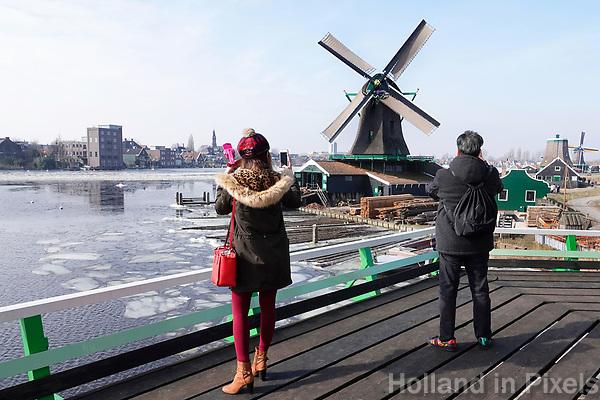 Nederland -  Zaanstad -  2018. Toeristen fotograferen molen het Jonge Schaap in Zaanse Schans.   Foto Berlinda van Dam / Hollandse Hoogte