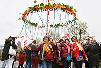Nederland Amsterdam 2017.  Bevrijdingsdag op het Museumplein. Bevrijdingsboom Stille Disco.  Foto Berlinda van Dam / Hollandse Hoogte