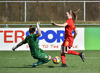 20180326 - ZALTBOMMEL , THE NETHERLANDS : Belgian Lisa Petry (R) and Romanian goalkeeper Katia Ghioc (L) pictured during the UEFA Women Under 17 Elite round game between Belgium WU17 and Romania WU17, on the second matchday in group 1 of the Uefa Women Under 17 elite round in The Netherlands , monday 26 th March 2018 . PHOTO SPORTPIX.BE    DIRK VUYLSTEKE