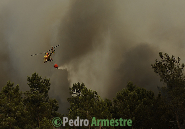 Helicopter around the area where a fire burns, in Salvador nord of Portugal, on august 09, 2010. (c) Pedro ARMESTRE