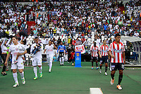 MANIZALES - COLOMBIA -12-04-2014: Los jugadores de Once Caldas y Atletico Junior durante  partido Once Caldas y Atletico Junior por la fecha 17 de la Liga de Postobon I 2014 en el estadio Palogrande en la ciudad de Manizales. / The players of Once Caldas and Atletico Junior during a match Once Caldas and Atletico Junior for date 17th of the Liga de Postobon I 2014 at the Palogrande stadium in Manizales city. Photo: VizzorImage  / Santiago Osorio / Str.