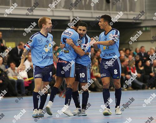 2007-12-07 / Futsal / Edegem - Antwerpen / Steve Pouwels (Links) viert mee met Aziz Jaffal (midden) die net gescoord heeft voor Edegem..Foto: Maarten Straetemans (SMB)