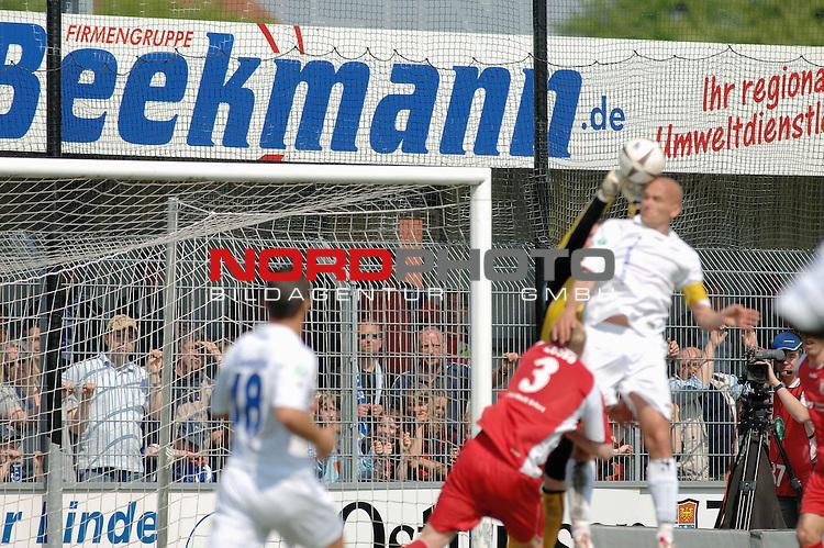3. FBL 2008/2009 33. Spieltag RŁckrunde <br /> BSV Kickers Emden vs. FC Rot-WeiŖ Erfurt, <br /> <br /> Erfurts Torwart Michael Hinz geht zum Ball gegen Rudi Zedi (Emden #2), links Giovanni Cannata (Emden #18) und Morman Loose (Erfurt #3) , <br /> <br /> Foto &copy; nph (nordphoto)
