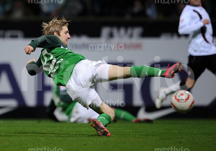 FUSSBALL   1. BUNDESLIGA   SAISON 2010/2010   12. SPIELTAG SV Werder Bremen - Eintracht Frankfurt                13.11.2010 Marko MARIN (SV Werder Bremen) Einzelaktion am Ball