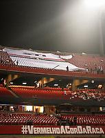 SÃO PAULO,SP,02 MAIO 2013 -  TAÇA LIBERTADORES DA AMÉRICA  - SÃO PAULO x ATLETICO MG - Torcedores do São Paulo  antes da  partida São Paulo X Atlético-MG em jogo válido pela oitava de final da Taça Libertadores da América, no Estádio Cicero Pompeu de Toledo (Morumbi),na noite desta quinta feira.FOTO ALE VIANNA - BRAZIL PHOTO PRESS.