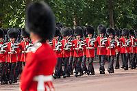 United Kingdom, London: Trooping the Colour, Coldstream Guards marching along The Mall | Grossbritannien, England, London: Trooping the Colour, alljaehrliche Militaerparade am zweiten Samstag im Juni zu Ehren des Geburtstages der britischen Koenige und Königinnen, Coldstream Guards marschieren die Mall entlang