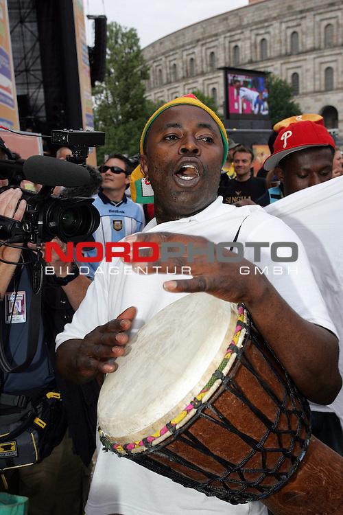 FIFA WM 2006 -  Fan Meile Nuernberg<br /> <br /> <br /> <br /> USA - Ghana<br /> <br /> <br /> <br /> Ghana Fan trommelt nach dem Schlusspfiff.<br /> <br /> <br /> <br /> Foto: nordphoto