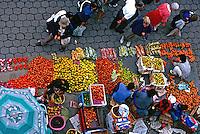 Feira de alimentos em Cuenca, Equador. 1997. Foto de Juca Martins.