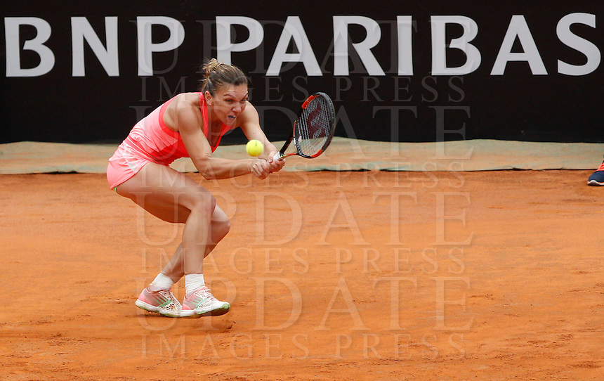 La romena Simona Halep in azione contro la connazionale Alexandra Dulgheru durante gli Internazionali d'Italia di tennis a Roma, 15 maggio 2015. <br /> Romania's Simona Halep in action against her compatriot Alexandra Dulgheru during the Italian Open tennis tournament in Rome, 15 May 2015.<br /> UPDATE IMAGES PRESS/Riccardo De Luca