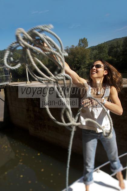 Europe/France/Midi-Pyrénées/46/Lot/Saint-Cirq-Lapopie: Navigation fluviale sur la vallée du Lot à l'écluse  Auto N°: 2008-213  Auto N°: 2008-217