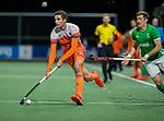 AMSTELVEEN - Jonas de Geus (Ned) met Shane O'Donoghue (IRE)   tijdens Nederland-Ierland (7-1), de voor Nederland laatste wedstrijd op eigen bodem in aanloop naar het WK hockey.COPYRIGHT KOEN SUYK