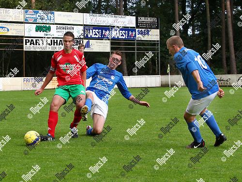 2011-09-18 / voetbal / seizoen 2011-2012 / Zwaneven - Oud Turnhout / Karl Fissette (Zwaneven) probeert de bal van Stijn Lauwers te bemachtigen.