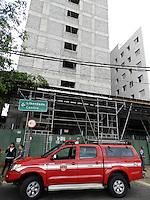 SÃO PAULO - SP -  27 DE MARÇO 2013. ACIDENTE, dois funcionários, sofreram ferimentos graves e um morreu, no local, por causa da queda de andaime, em obra na Av Vergueiro, 100 - centro, na tarde desta quarta(27). FOTO: MAURICIO CAMARGO / BRAZIL PHOTO PRESS.