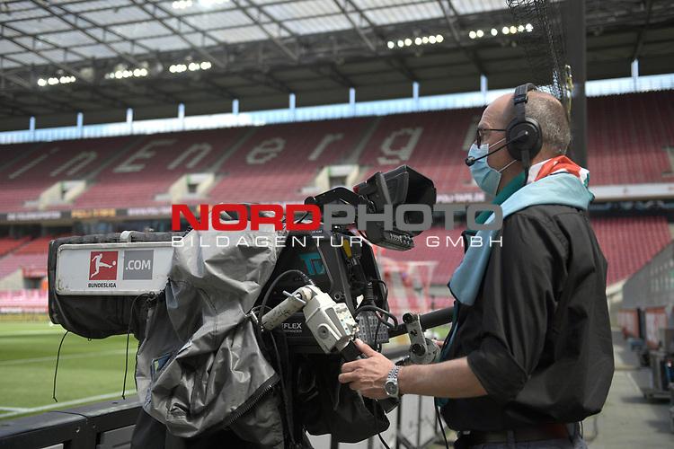 nph00351:  Kameramnn mit Mundschutz,Maske bei der Arbeit.<br /> Sport: Fussball: 1. Bundesliga: Saison 19/20: 26.Spieltag: 1.FC KOELN-FSV MAINZ 05,17.05.2020.<br />  <br /> Nur für journalistische Zwecke! Only for editorial use!<br /> Gemäß den Vorgaben der DFL Deutsche Fußball Liga ist es untersagt, in dem Stadion und/oder vom Spiel angefertigte Fotoaufnahmen in Form von Sequenzbildern und/oder videoähnlichen Fotostrecken zu verwerten bzw. verwerten zu lassen. DFL regulations prohibit any use of photographs as image sequences and/or quasi-video.<br /> <br /> <br />  <br /> Foto: Anke Waelischmiller/SVEN SIMON/POOL/via Meuter/nordphoto