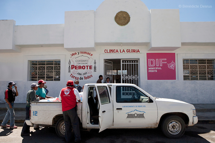 29 april 2009 - La Gloria, Mexico - La Gloria's Clinic. La Gloria, villlage in the southern Mexican state of Veracruz, where the new strain of swine flu was first detected. Several hundred people in the village had been sick with a respiratory disease, some falling ill back in December.  Local people have blamed the contamination by pig waste spread into the air and water from nearby industrial pig farms, known as Granjas Carroll and owned by the Virginia-based multinational company Smithfield Foods. A Smithfield spokeswoman says the company has found no clinical signs or symptoms of the flu in its swine herd or its employees in Mexico. Residents say about half the town's residents work in Mexico City and could easily have spread the virus. Photo credit: Benedicte Desrus / Sipa Press
