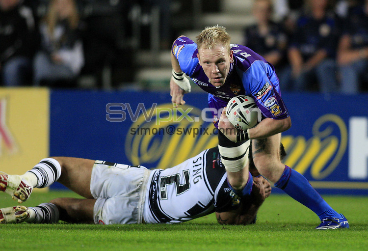Pix: Chris Mangnall/SWpix.com, Rugby League, Super League Playoff. 22/09/07.  Hull FC v Huddersfield Giants....picture copyright>>simon wilkinson>>07811267 706>>....Hull's Matt Sing tackles Huddersfield's Paul Reilly