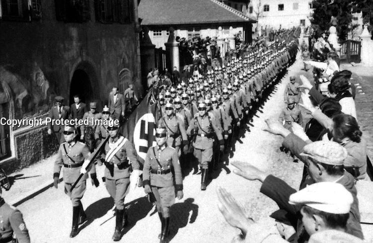 Osterreich wird Deutsche.  Einmarsch der Deutschen polizei in Imst (Tirol).  Austria becomes German.  Entry of German police into Imst.  March 1938.  Heinrich Hoffman Collection.  (Foreign Records Seized)<br /> Exact Date Shot Unknown<br /> NARA FILE #:  242-HLB-2658-16<br /> WAR &amp; CONFLICT BOOK #:  989