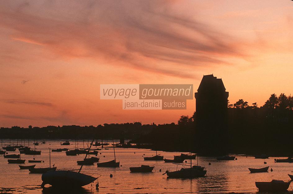 Europe/France/Bretagne/35/Ille-et-Vilaine/Saint-Malo: coucher de soleil sur St Servan et la Tour Solidor