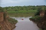 en zodiac sur le fleuve Omo  entre les villages de Korcho et le parc de Mago