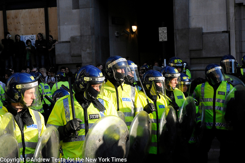 UK. London. 1st April 2009..police stand off against demonstrators at the bank of england.©Andrew Testa for the New York times