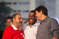 SAO PAULO, SP, 01 DE MAIO DE 2013 - FESTA CUT NO ANHANGABAÚ - O prefeito da cidade de São Paulo, Fernando Haddad e o Presidente da CUT Vagner Freitas, durante Festa do Dia do Trabalho na praça do Anhangabaú em São Paulo, nesta quarta-feira, 01. FOTO: MARCELO BRAMMER / BRAZIL PHOTO PRESS