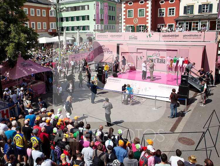 21.05.2011, Hauptplatz Lienz, AUT, Giro d´ Italia 2011, 14. Etappe, Lienz - Monte Zoncolan, im Bild Übersicht des Hauptplatzes mit der Präsentationsbühne // during the Giro d´ Italia 2011, Stage 14, Lienz - Monte Zoncolan,Austria, 2011-05-21, EXPA Pictures © 2011, PhotoCredit: EXPA/ J. Feichter