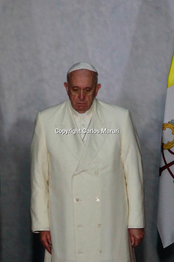 Ciudad de M&eacute;xico 13/Febrero/2016.<br /> El Papa Francisco en su primer d&iacute;a de trabajo, se reuni&oacute; esta ma&ntilde;ana en Palacio Nacional con el presidente de los Estados Unidos Mexicanos el Lic. Enrique Pe&ntilde;a Nieto, y con Jefes de Estado.<br /> El Jefe de Estado de la Ciudad del vaticano, ofreci&oacute; un discurso a las autoridades:<br /> El cual dijo, M&eacute;xico es un gran Pa&iacute;s. Bendecido con abundantes recursos naturales y una enorme biodiversidad que se extiende a lo largo de todo su vasto territorio. Su privilegiada ubicaci&oacute;n geogr&aacute;fica lo convierte en un referente de Am&eacute;rica; y sus culturas ind&iacute;genas, mestizas y criollas, le dan una identidad propia que le posibilita una riqueza cultural no siempre f&aacute;cil de encontrar y especialmente valorar.<br /> Pienso, y me animo a decir, que la principal riqueza de M&eacute;xico hoy tiene rostro joven; s&iacute;, son sus j&oacute;venes. Un poco m&aacute;s de la mitad de la poblaci&oacute;n est&aacute; en edad juvenil. Esto permite pensar y proyectar un futuro, un ma&ntilde;ana. Da esperanzas y proyecci&oacute;n. Un pueblo con juventud es un pueblo capaz de renovarse, transformarse; es una invitaci&oacute;n a alzar con ilusi&oacute;n la mirada hacia el futuro y, a su vez, nos desaf&iacute;a positivamente en el presente.