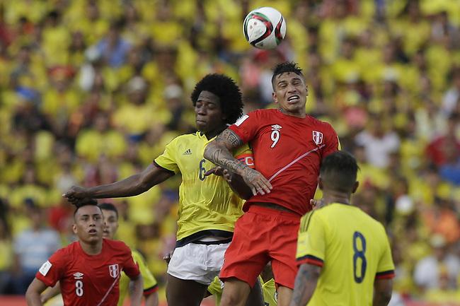 Carlos Sanchez y Paolo Guerrero de Peru  en el Estadio Metropolitano Roberto Melendez de Barranquilla el  8 de octubre de 2015.<br /> <br /> Foto: Archivolatino<br /> <br /> COPYRIGHT: Archivolatino<br /> Prohibido su uso sin autorizaci&oacute;n.