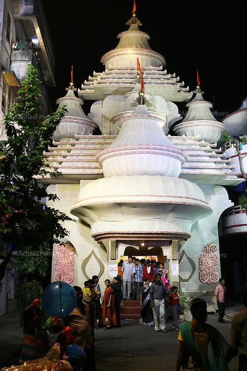 10.10.2005 Calcutta(West Bengale)<br /> <br /> People visiting temple(built for the occasion but in light material)during Durga festival.<br /> <br /> Personnes visitant un temple (construit pour l'occasion avec des materiaux léger) pendant le festival de Durga.