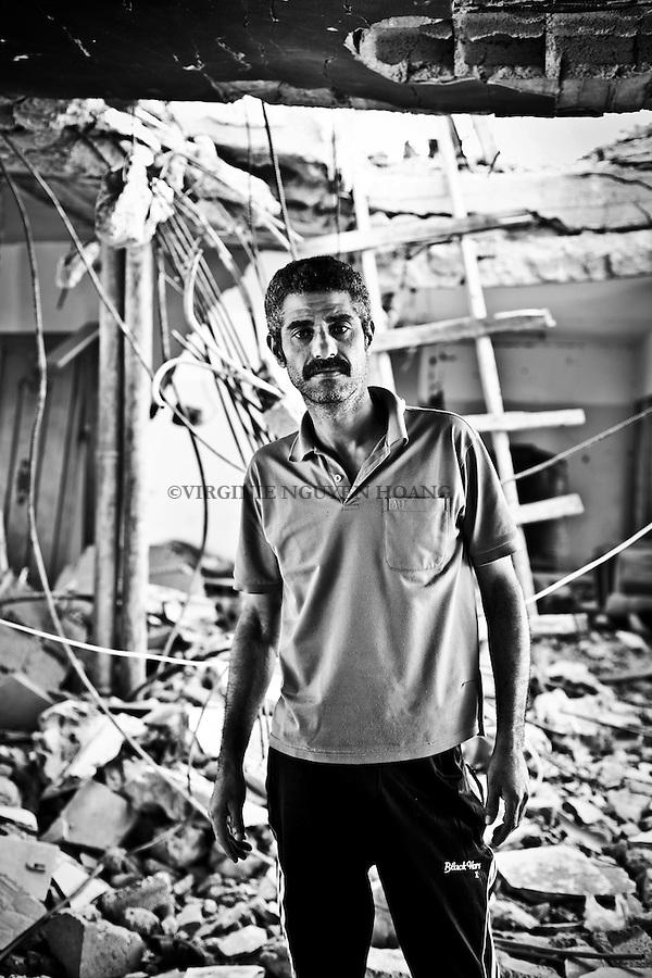 Shady Abu Ouda a 34 ans, mari&eacute; et 6 enfants. Sa maison familiale construire par son p&egrave;re a &eacute;t&eacute; partiellement d&eacute;truite par les bombardements de l'&eacute;t&eacute; 2014. Cette maison abritait &eacute;galement 5 de ses fr&egrave;res et leur famille, son p&egrave;re et sa m&egrave;re. Lorsque la guerre a commenc&eacute;, ils se sont r&eacute;fugi&eacute;s dans une &eacute;cole de l'UNRWA, mais sont retourn&eacute; dans leur maison &agrave; moiti&eacute; d&eacute;truite d&egrave;s l'annonce du cessez-le-feu. Ils vivent maintenant dans ce qui reste du batiment et attendent de pouvoir reconstruire. <br /> <br /> Shady Abu Ouda is 34 years old, married and 6 children. His family home built by his father was partially destroyed by shelling in the summer of 2014. This house was also the home of five of his brothers and their families, his father and his mother. When the war began, they took refuge in an UNRWA school but returned in their half-destroyed house after the announcement of the cease-fire. They now live in what remains of the building and wait to rebuild.