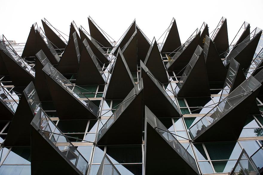 Denemarken, Kopenhagen, 14 dec 2009.Moderne, nieuw flatgebouw in Kopenhagen met een spectaculaire gevel van glas met driehoekige balkons...Foto Michiel Wijnbergh
